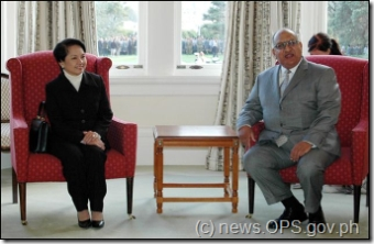 President Gloria Macapagal-Arroyo is all smiles as she exchanges pleasantries with Governor General Anand Satyanand before their meeting Monday (May 28) at the Drawing Room of the Government House in Wellington, New Zealand. The President is in New Zealand for a three-day visit. (Rodolfo Manabat/OPS-NIB Photo)